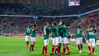 La Selección Mexicana festeja el gol contra Polonia