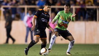 Jugadores de Oaxaca y Juárez disputan el balón