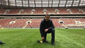 Juan Carlos Osorio, en la cancha del estadio Luzhnikí