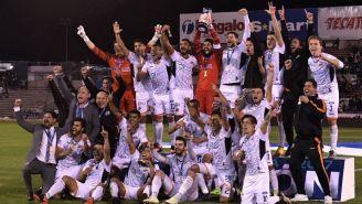 Jugadores de Alebrijes festejan su título del Apertura 2017 del Ascenso MX