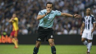 Isaac Pérez Durán señalando un penalti en el duelo entre Monterrey y Morelia