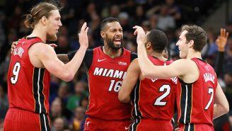 Los jugadores del Heat celebran durante un partido