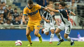 Gignac conduce el balón en partido contra Rayados