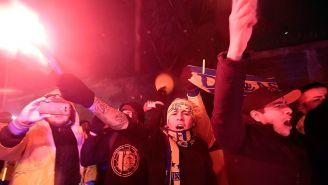 Los seguidores de Tigres alentando afuera del Universitario
