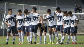 Jugadores de Pumas Sub 17 se abrazan durante la tanda de penaltis