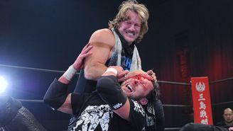 Chris Jericho hace sangrar a Kenny Omega