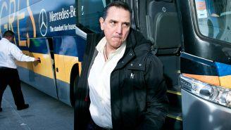 Miguel Ángel Garza se baja del autobús de Tigres