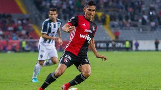 José Madueñaconduce el balón en juego contra Rayados