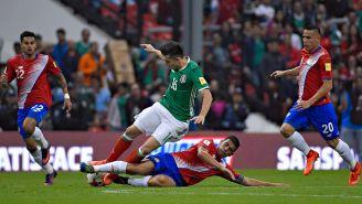 Herrera sufre una falta durante un cotejo contra Costa Rica