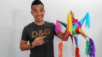 Fernando Uribe posa con una piñata