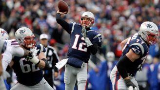 Brady manda un pase en un juego con Patriots