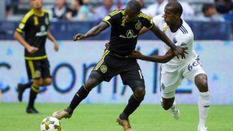 Kekuta Manneh domina el balón e intenta quitarse la marca del rival