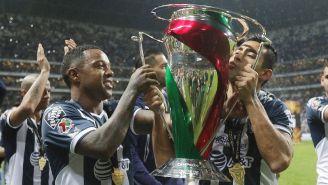 Pabón sostiene el trofeo de la Copa MX