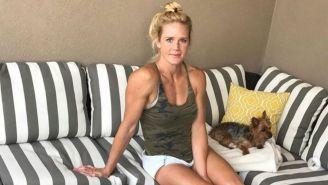 Holly Holm, descansa en su casa junto a su gatito