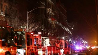 Bomberos intentan apagar el fuego el Bronx