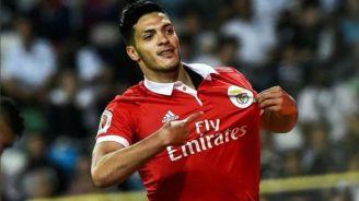 Jiménez presume su escudo del Benfica