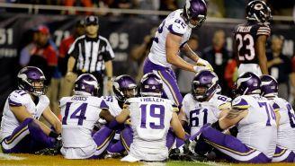Los jugadores de Vikings se sientan en el césped para celebrar