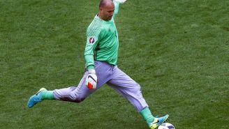 Gábor Király, a punto de despejar en un juego de la Eurocopa