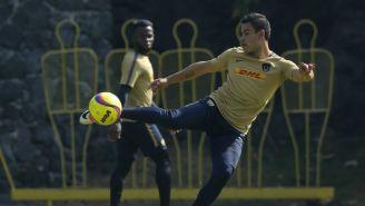Pablo Barrera saca un disparo en un entrenamiento con Pumas