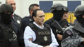 Roberto Borge, custodiado para abordar el avión en Panamá