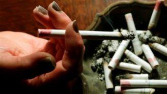Una persona consume un cigarro