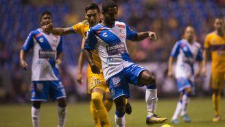 Brayan Angulo recibe el balón en el Estadio Cuauhtémoc