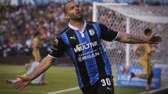 Emanuel Villa festeja un gol con Querétaro durante 2017