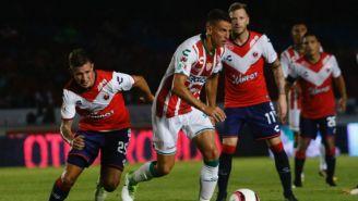 Igor Lichnovsky disputa un balón en el juego entre Necaxa y Veracruz del A2017
