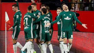 Jugadores del Betis festejan el gol del marroquí Zouhaair Feddal