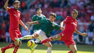 Javier López, a punto de rematar contra el arco de Toluca
