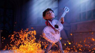 Miguel, personaje principal de Coco, toca la guitarra