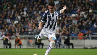 Jonathan González se prepara para golpear el balón en un juego de Rayados