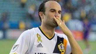 Donovan manda besos a la tribuna durante un juego del Galaxy