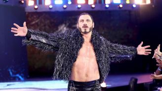 Austin Aries hace su entrada al ring
