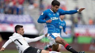 Eduardo Herrera pelea por el balón en un juego con Rangers