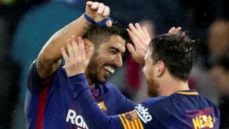 Lionel Messi festeja junto a Luis Suárez al marcar su gol