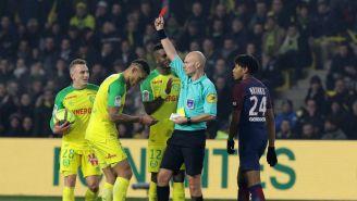 El árbitro del encuentro expulsa a Diego Carlos