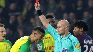 Árbitro Tony Chapron muestra la tarjeta roja al brasileño Diego Carlos