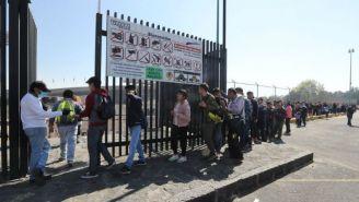 Personas formadas a las afueras del Estadio Olímpico Universitario