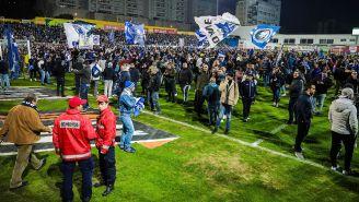 Los aficionados del Porto, dentro de la cancha del estadio