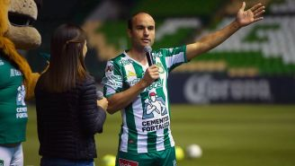 Landon Donovan saluda a los presentes en el Estadio León
