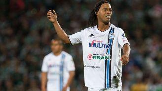 Ronaldinho en un partido con Querétaro