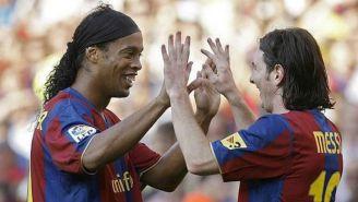 Ronaldinho y Messi celebran una anotación