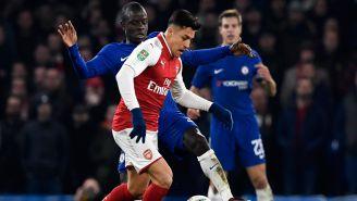 Alexis Sánchez disputa el balón en un juego contra el Chelsea