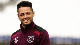 Chicharito sonríe en un entrenamiento del West Ham