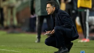 Juan Carlos Osorio toma apuntes sobre el duelo vs. Bélgica