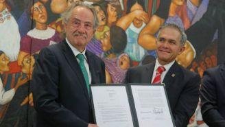Decio de María y Miguel Ángel Mancera enseñan un documento