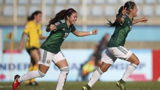 Katty Abad y Lizbeth Ovalle festejan un gol contra Jamaica