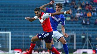 Cristian Pellerano controla el balón frente a la persecución de Gabriel Peñalba