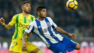 Tecatito Corona disputa el balón en el juego contra Tondela